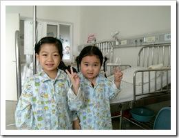 左边的就是那发热了4年的小女孩